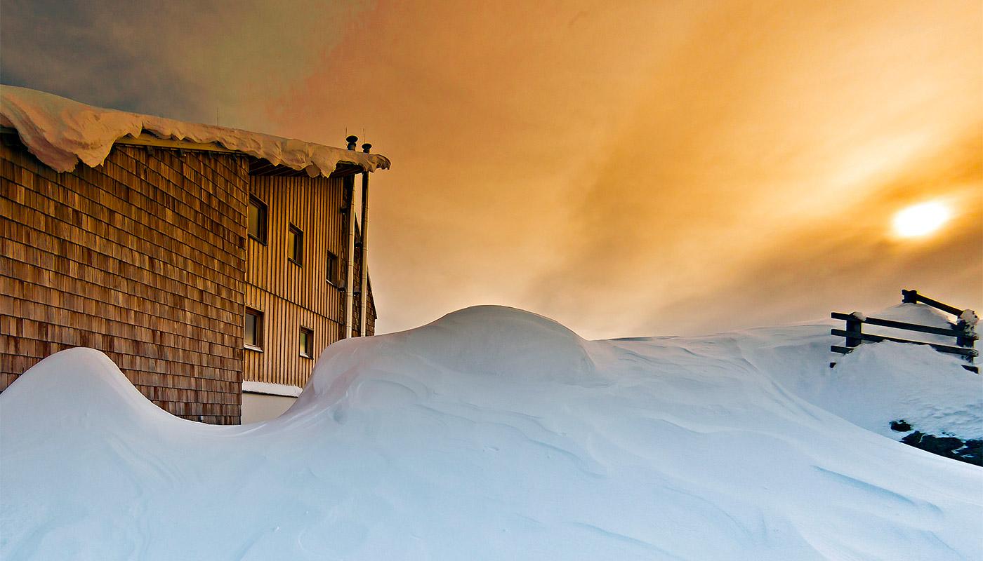 """5fe4d04a07b25d Ein paar Sonnenstrahlen über dem """"Kärntner Tor"""" dringen durch die  winterliche Wolkendecke und tauchen den Lienzer Talboden in ein  unwirkliches Licht."""