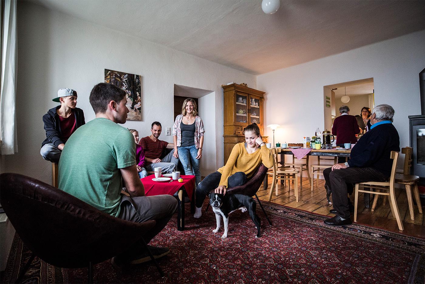 Charmant Ganze Drei Generationen Haben Es Sich Im Wohnzimmer Gemütlich Gemacht.