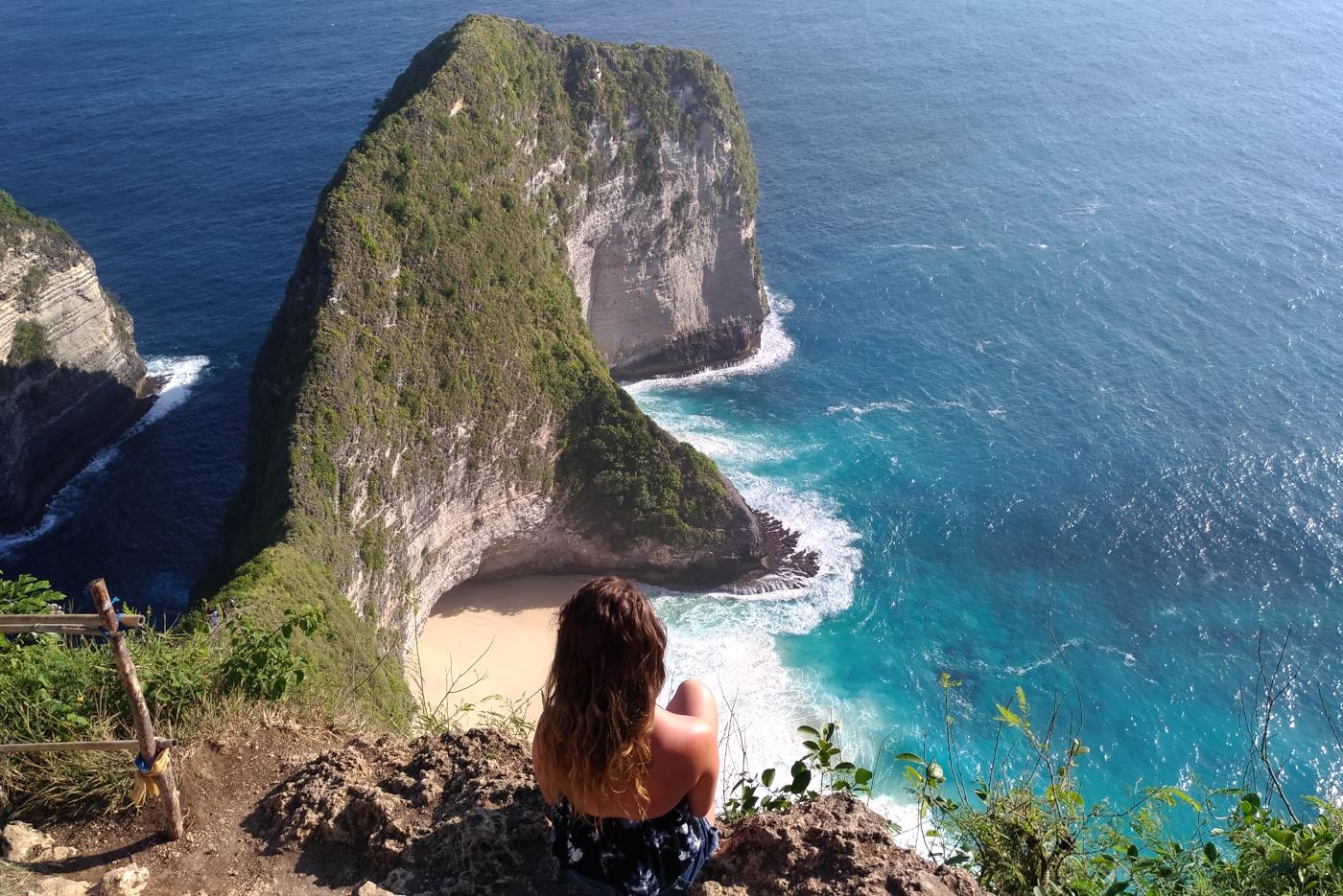 """""""Ich bin einfach dafür gemacht wegzugehen."""", schmunzelt Anna. Hier am Kelingking Beach in Indonesien."""